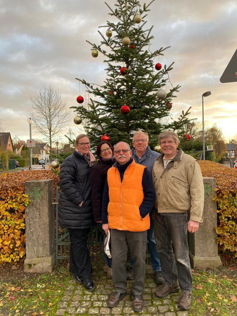 Die Vorstandsmitlieder Petra, Sandra, Helmut, Adolf und Heinz haben den Weinachtsbaum geschmückt