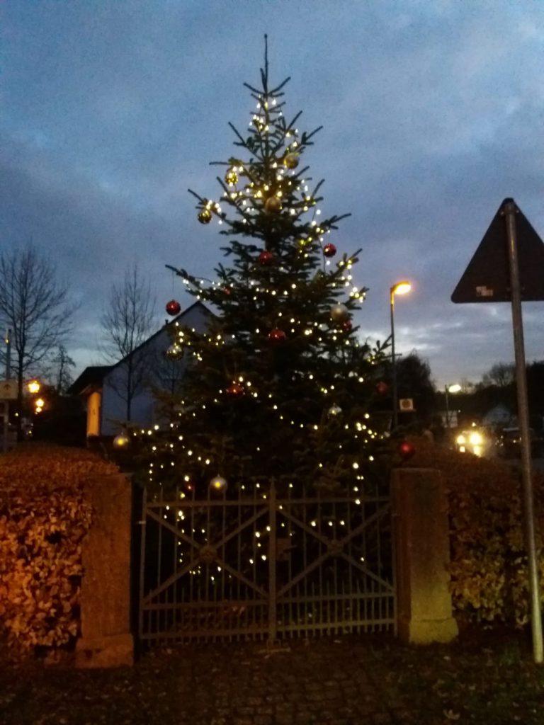 Der Weihnachtsbaum am Denkmal stimmt uns in der Abenddämmerung auf einen besinnlichen Advent ein